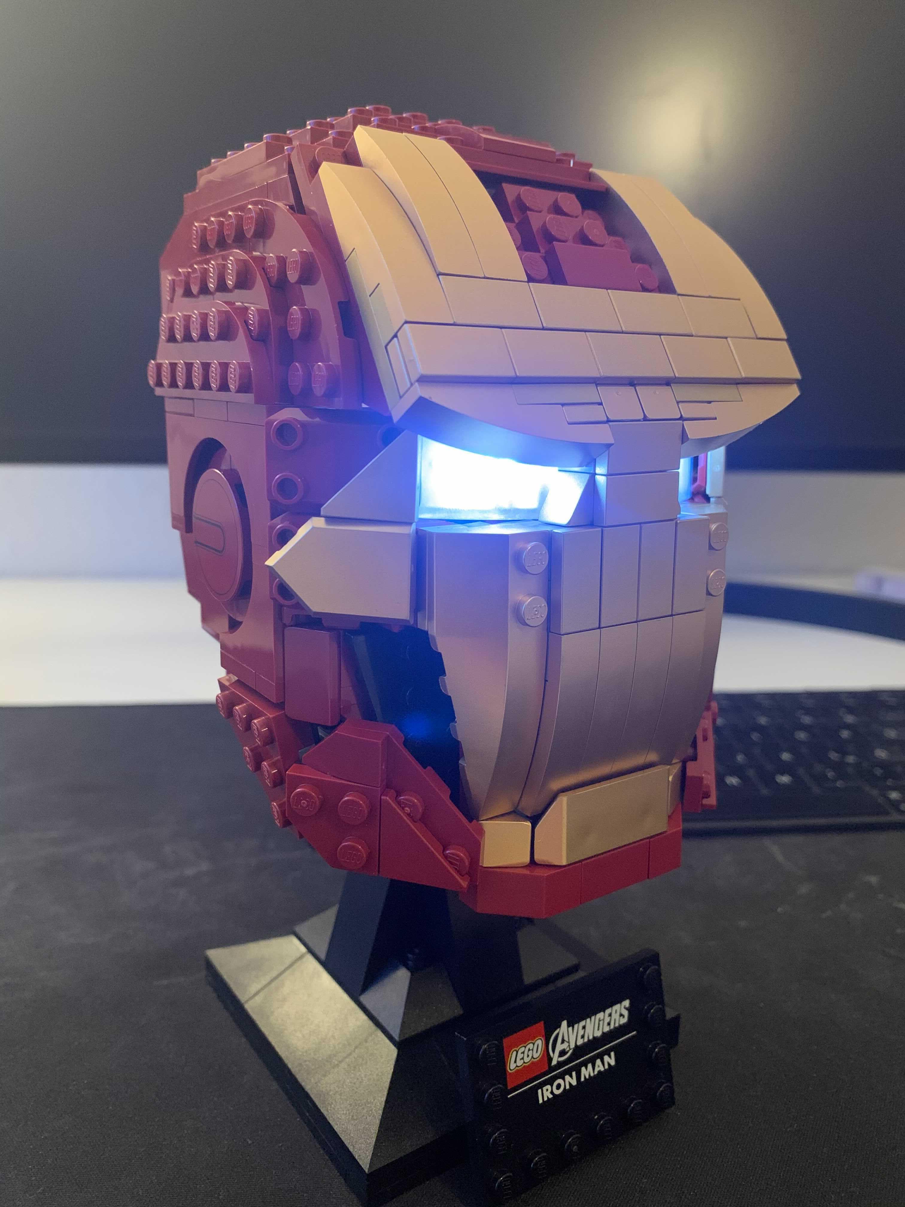 Leuchtende Augen im LEGO® MARVEL Iron Men Helm